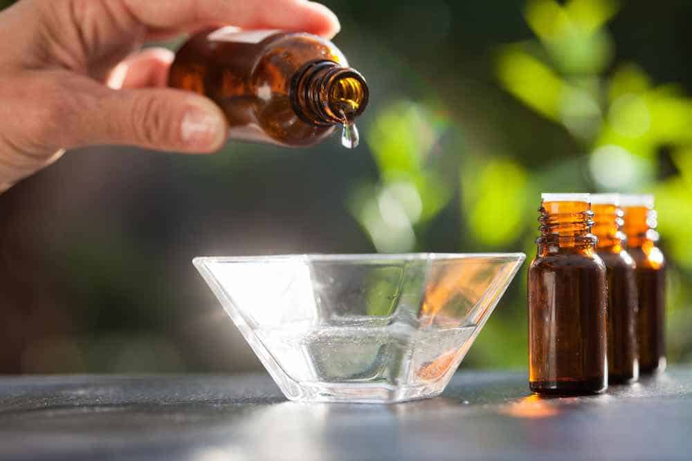 Essential oils for poison ivy both relieve symptoms and heal the rash.